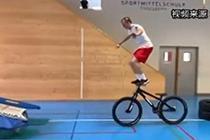 滑雪运动员平衡训练 高难度一气呵成