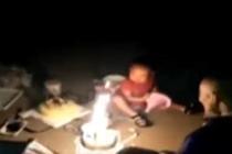 消防员爸爸救火后 火场外给2岁女儿过生日