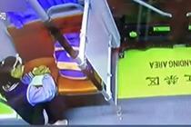 女孩公交车上写作业 驾驶员亮灯照明