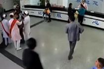 男病患晕厥 女护士背其奔向急诊室