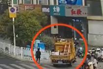 英勇警察反应迅速 止住倒溜工程车