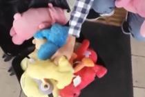 男生送给山区孩子玩偶