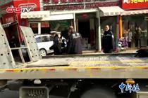 郑州一越野车冲入沿街商铺