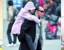 武广高 戴黑/穿黑风衣戴黑墨镜男子背八旬老母跨省探亲