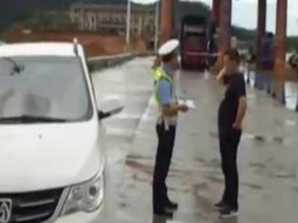 80后夫妻生7个娃 驾车出行超员震惊交警