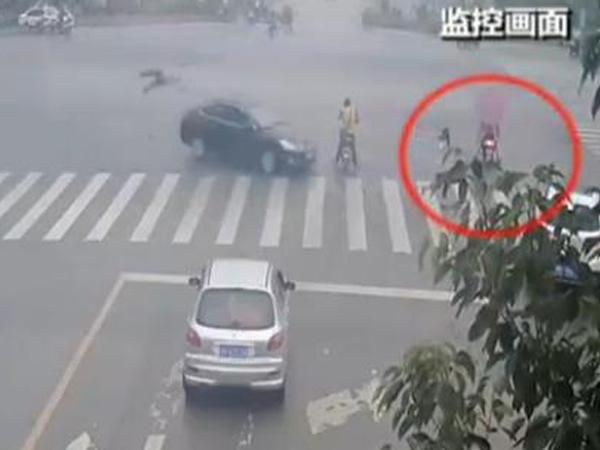男子开车时打电话 路口撞飞执勤交警