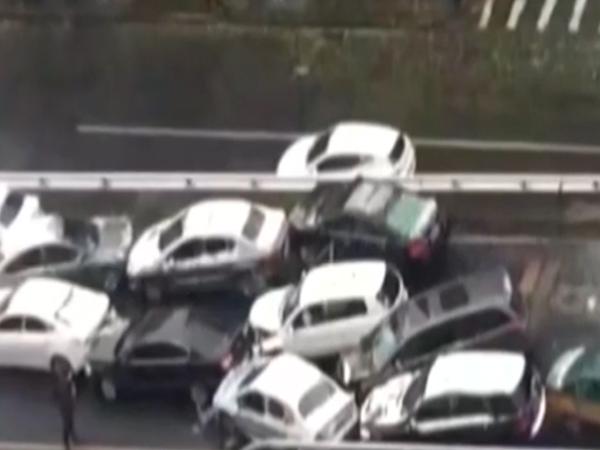 雪天路滑 北京学院路上发生12辆车连撞事故