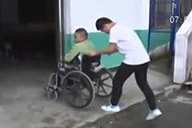 """男生推""""轮椅同学""""上学9年"""