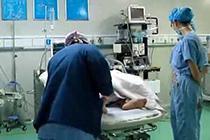 怀孕医生跪地为患者麻醉