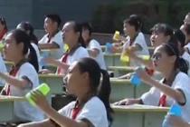 来看小学特色音乐课 学生用杯子伴唱