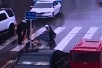 老人过马路摔倒昏迷不醒 暴雨中交警温情守护