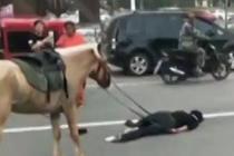 男子酒后骑马狂奔摔骨折