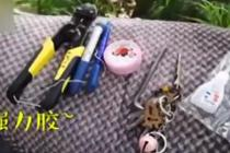 女孩义务维护共享单车 随身带修理工具