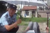 民警为老人撑起遮阳伞