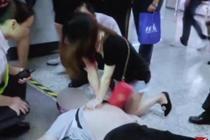 年轻男子地铁站突然昏厥 热心市民援手抢救