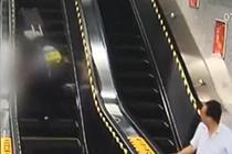 女子飞身跨三级台阶救老人