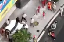 男童从4楼坠落 众人合力拉床单接住