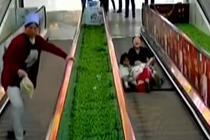 自动扶梯踏面缺失 小女孩踩空被卡
