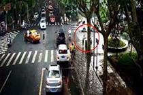 杭州暴雨街头积水 老人徒手清理下水口