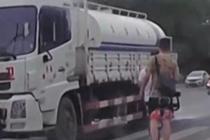 洒水车路遇行人停止喷水