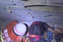两女子掉进楼缝 消防成功救援