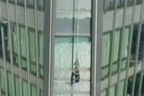 工人作业吊篮被卡57楼 消防救援