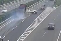 高速上随意停车 轿车被撞360度旋转