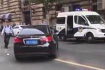 司机抗拒执法检查撞击警车
