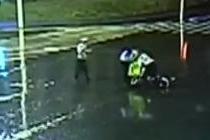 女子骑车雨夜昏迷 协警为其遮风挡雨