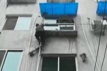 特警徒手爬三楼翻窗灭火