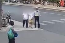 两位盲人误入车流 民警一路搀扶送回