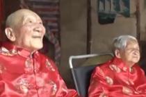 老夫妻同过百岁生日 儿孙满堂齐祝寿