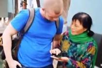 外国小伙不会扫码 热心奶奶用英语指导