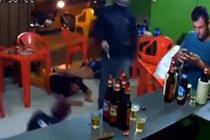 劫匪打劫店铺 男子在一旁淡定玩手机