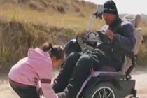 6岁女童照顾截瘫父亲