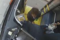 南京一大妈砸碎公交车玻璃 称怕车开走不带她