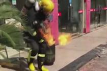 消防员徒手拎着火液化气罐