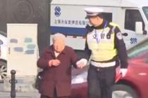 辅警日复一日扶老人过马路