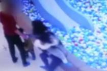 孩子玩耍起争执 家长抓起女童扔进球池