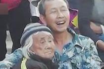 男子抱8旬瘫痪母亲看演出