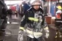 零下19度灭火 消防员战斗服上挂冰霜