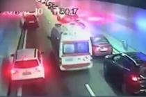 救护车隧道内遇堵 车辆纷纷主动避让