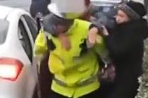 查车时遇患病老人 交警背起送医