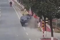 轿车猛烈撞击 大爷淡定躲过