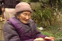 男子异乡打拼 过年回家为同村老人发红包