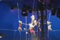 实拍8人高空走绳失误坠落
