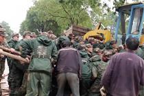 30名武警徒手抬车救老人