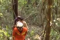 攀爬悬崖栈道时中暑 两名游客被困