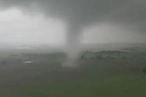 无人机近距离拍摄龙卷风