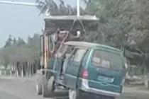 挖掘机牵引面包车 如此运输太危险